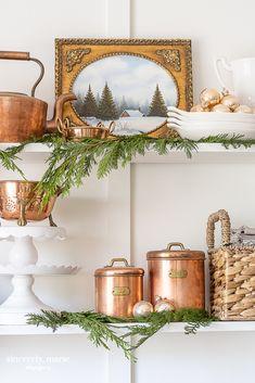 Christmas Living Rooms, Cottage Christmas, Christmas Bedroom, Christmas Kitchen, Cozy Christmas, Modern Christmas, Xmas, Diy Plate Rack, Vintage Cookies