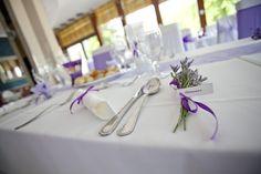 Lila esküvői dekoráció székszoknyával és levendula köszönetajándékkal . Purple wedding decoration with chaircover and lavender favors