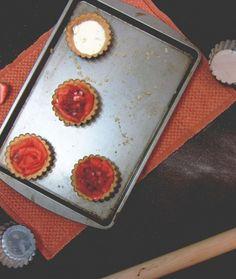 Tartelettes salées au saumon fumé, fromage à la crème, fenouil et fraises.