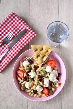 Skøn sommerlig pastasalat med kylling, oliven og m...
