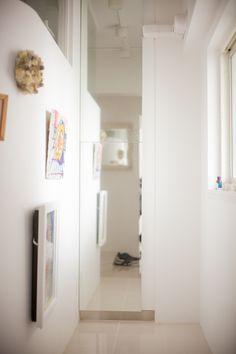 玄関ホールの右手にはギャラリーがあり、突き当たりには収納があります。#S様邸多摩川 #玄関 #ギャラリー #収納 #ファミリー #シンプルな暮らし #ファミリー #EcoDeco #エコデコ #インテリア #リノベーション #renovation #東京 #福岡 #福岡リノベーション #福岡設計事務所 Furnitures, House Styles, Home Decor, Decoration Home, Room Decor, Home Interior Design, Home Decoration, Interior Design
