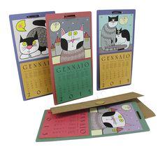 """Cats of Nic"" ημερολόγιο τοίχου 18 x 35,5εκ. Η βάση είναι κατασκευασμένη από cartapaglia σε τρία χρώματα. Στο επάνω μισό δεσπόζουν οι γάτες της Nicoletta Costa και στο κάτω το ημερολόγιο (οι μήνες και οι ημέρες σε 6 γλώσσες - όχι όμως στα ελληνικά). Έρχεται με χάρτινη συσκευασία στην περίπτωση που θα θέλατε να το δωρίσετε."