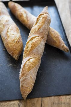 Recipe for a very tasty baguette with little yeast. The dough is uncomplicated, without sourdough and with long cold cooking. Just bake a baguette like from France at home. Quick Bread Recipes, Dog Recipes, Hummingbird Bread Recipe, Kenwood Cooking, Baguette Recipe, Just Bake, Toasted Almonds, Artisan Bread, Bread Rolls