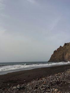Uno de los muchos MÁGICOS RINCONES de la Isla. Se disfruta mejor a primeras horas del día por su tranquilidad y el show que ofrecen los surfistas mimetizados con el entorno. ¿De qué alimentas tu ALMA?.