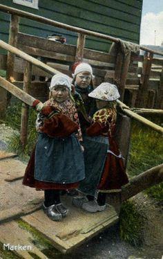 Marken meisjes in klederdracht #NoordHolland #Marken