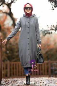 Nayla Collection - Mit Kapuze geräucherte Hijab-Kappe Source by tesetturisland Casual Hijab Outfit, Hijab Dress, Cardigan Outfits, Modest Dresses, Modest Outfits, Sport Outfits, Modern Hijab Fashion, Muslim Fashion, Hijab Stile