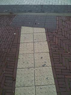 verwarring toepassing #geleidelijn en #attentiemarkering #Zutphen. Met veel goede wil toch een verkeerde toepassing.