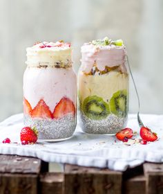 Breakfast in glass: Chiapudding strawberry yoghurt - Healthy Drinks to Lose Weight Food To Go, Love Food, Food And Drink, Superfood, Breakfast Smoothies, Breakfast Recipes, Law Carb, Chia Pudding, Eat Smart