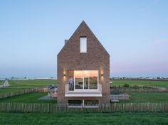 Een rechttoe rechtaan huis tegen de dijk in de polders nabij Moerkapelle. De glooiing van het omliggende land bood Personal Architecture (PA) aanleiding voor een split-level en bijzondere doorkijkjes in het dijkhuis.