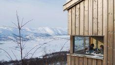 UTSIKT MOT HARDANGERVIDDA : Fra de store vinduene kan familien nyte utsikten over Haugastøl og vidda. House Seasons, Scandinavian Architecture, Wooden House, My Dream, Relax, Cottage, Exterior, Cabin, Mountains