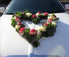 Großes Herz aus Blumen für die Hochzeit auf der Motorhaube in Wismar