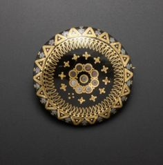 This is a brooch of pique. Each patterns are inlaid in the tortoiseshell. Tortoiseshell, gold, and silver (Kazuhiko Ichikawa collection)