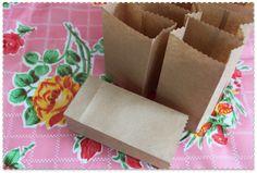15 Minuten: Bruine Zakjes van Papier Little Bag, Gift Bags, Stuff To Do, Wraps, Presents, Gift Wrapping, Baby Shower, Letters, Kids