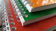 La méthode des trois cahiers. Je vous propose aujourd'hui une méthode très simple qui permet de gérer efficacement et sereinement ses tâches, ses projets, et tous les petits événements de la vie qui ne sont ni des tâches à réaliser, ni des rendez-vous à ne pas manquer, mais dont nous voulons garder une trace. Planner Organisation, Organization Bullet Journal, Diy Organization, Weekly Log, Back Up, Bullet Journal Printables, Flylady, Planning And Organizing, Bujo