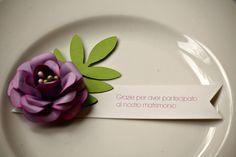 Segnaposto con fiore in carta.