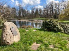 Blick vom Gedenkstein zum See