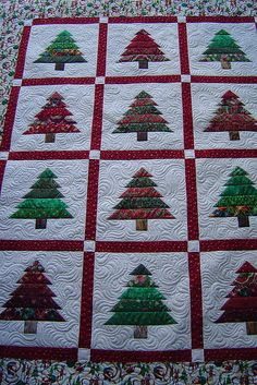 Quilt displays the beautiful quilting completed by Jessica's Quilting Studio Holiday- Tree Quilt use your favorite block pattern to create a quilt.add sashing between each block Christmas Patchwork, Christmas Quilt Patterns, Christmas Sewing, Christmas Projects, Christmas Quilting, Christmas Fabric, Quilting Projects, Quilting Designs, Quilting Ideas