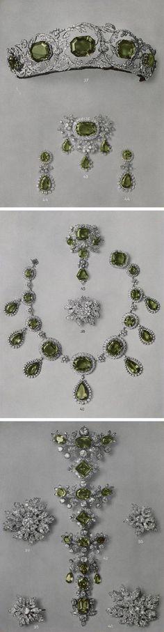 El aderezo Peridot, llamado así por las gemas verdes que lo adornan, comprende una tiara, un collar, unos pendientes, un broche, tres devant de ramillete por Köchert de alrededor de 1825. Se dice que la primera propietaria de la tiara fue La Archiduquesa Enriqueta de Austria. Corresponden al catálogo de la venta. 1937http: //www.thecourtjeweller.com/2014/08/the-habsburg-peridot-parure.html