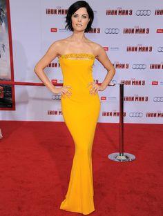 Todo un acierto la elección de Jaimie Alexander con un vestido tipo sirena amarillo anaranjado de Marc Bouwer con detalle joya en el escote.