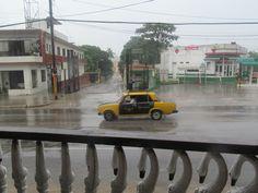 El clima de La Habana es tropical como en el resto de la isla de Cuba. Sin embargo recibe una mayor influencia continental en invierno, lo que hace que las temperaturas  sean más frescas en estos meses. Las precipitaciones son abundantes en octubre y septiembre. Los huracanes que azotan la isla, en ocasiones han impactado la ciudad o sus alrededores provocando daños considerables.