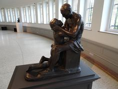 Gent - België - Museum voor Schone Kunsten (MSK). Bronzen beeldgroep 'De verloren zoon' of 'De verzoening', gemaakt door Constantin Meunier, aangekocht in 1895. Foto: G.J. Koppenaal - 23/2/2017.