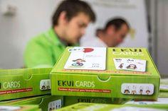 EKUI Cards é um baralho de cartas que ensina o alfabeto a crianças com e sem necessidades especiais, criando assim um mundo onde a inclusão social é uma realidade