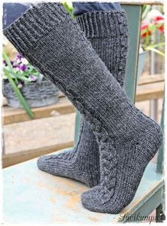 Suvikumpu: Suvikummun PunosPolviSukat (free pattern in Finnish) Cable Knit Socks, Woolen Socks, Fluffy Socks, Foot Socks, Sock Toys, Yarn Shop, Boot Cuffs, Knitting Accessories, Knitting Socks