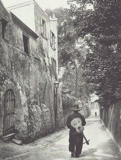 Chansonnier rue Saint-Vincent à Montmartre. Photographie de Neurdein, vers 1910.