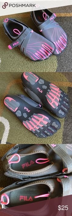 Fila Skele-toes shoes Gray and pink excellent condition one small black dot on tip of right toe see pic 4  Fila Shoes