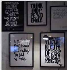 Hoje peguei emprestada a TAG da Cris e trouxe para o nosso décor. Porque uma mensagem inspiradora, bela, divertida, lúdica, motivadora, nunca é demais. Principalmente se estiver em cores e letras elaboradas, emolduradas e/ou espalhadas sobre as paredes. Fotos: Reprodução Michelle Mariotto (@mimariotto)