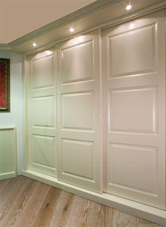 Klassieke gangkast met geïntegreerde verlichting. De deuren leveren wij in vele varianten, te vinden op onze website. www.comfortinstijl.nl