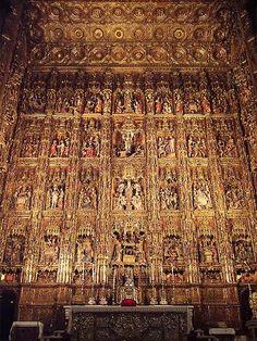 Catedral de Sevilla, Retablo Mayor Considerado el mayor retablo de la cristiandad. Se realizó a lo largo de más de 80 años, quedando totalmente finalizado en 1564. Cubierto con el oro del expolio de américa
