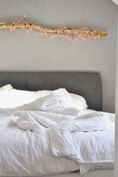 Oh wie schön! Ein warmes, romantisches Licht über dem Bett und dann auch noch ganz natürlich mit einem Birkenast!