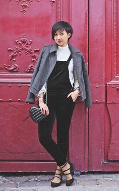 Street style look com macacão preto, turtleneck branca e sapato.