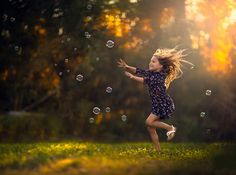little-girl-chasing-bubbles-on-green-meadow-in-sunny-summer-day.jpg (JPEG pilt, 2048 × 1525 pikslit)
