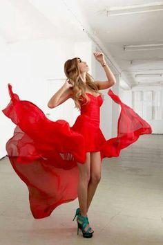 Vestido corto rojo con cola de chifon