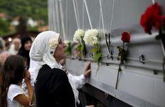 Cortejo com caixões de 136 vítimas parte rumo a Srebrenica