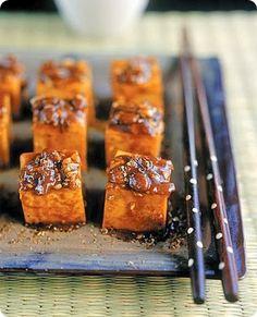 Dadini di tofu alla Szechuan Il pepe di Sichuan ha un sapore particolare: non è pungente come il pepe nero o il peperoncino, ma, dopo il piccante, presenta un leggero aroma di limone e lascia in bocca un leggero intorpidimento (causato dal 3% di hydroxy-alpha-sanshool in esso contenuto). A differenza del vero pepe i semi interni vengono scartati e si usano solo i gusci che li contengono; i quali di solito vengono tostati e macinati appena