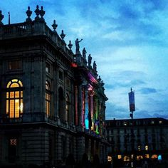 Le luci del #saloneoff si accendono sulla facciata. #salonedellibro #torino #lamiatorino #saloneoff365 #festamobile #salTo  #ciauturin  Photo by  @palazzomadama