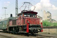 Ein Postwagen war ins Postzentrum zu bringen - ein typisches Rangiergeschäft für die Heidelberger 160. Am 01. Mai 1975 war das die Aufgabe von 160 014-7, die bereits mit einem Reko-Stromabnehmer ausgerüstet war.