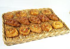 Corbeillle de boulangerie en osier tressé sur lattes de bois plateau en osier vintage Made in France de la boutique MyFrenchIdeedAntique sur Etsy