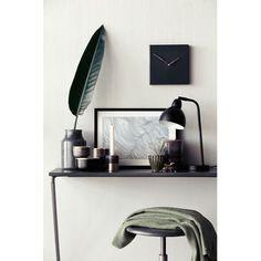 Lampe noire Cima @brostecph : Une lumière d'ambiance design au style industriel. Une belle lampe à poser qui se décline en noir, alu ou laiton doré.