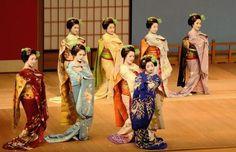 Miyako no Nigiwai 2014: Maiko Tomitsuyu (Tomikiku),Maiko Fukuharu (Okatome),Maiko Tomitae (Tomikiku) and Maiko Kanoemi (Kanoya)