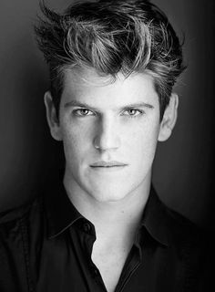 Miguel Bernardeau is a Spanish actor. He is known for his role as Guzmán Nunier Osuna, adopted brother of Marina in the Netflix series Élite. Handsome Actors, Handsome Boys, Movies And Series, Tv Series, Cool Haircuts, Haircuts For Men, Liam Hemsworth, Elite Squad, The Clash