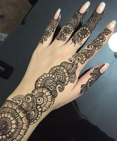Simple floral henna design with finger details henna party. Very Simple Mehndi Designs, Latest Arabic Mehndi Designs, Floral Henna Designs, Henna Tattoo Designs Simple, Back Hand Mehndi Designs, Mehndi Designs Book, Mehndi Designs For Girls, Mehndi Designs For Beginners, Mehndi Designs For Fingers