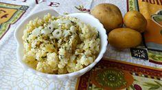 L'insalata di patate schiacciate è un contorno super facile e gustoso! Si prepara anche abbastanza velocemente, giusto il tempo di bollire le patate.