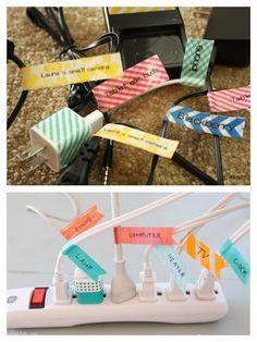 10. Etiquetar. Usando fita adesiva, você também pode criar etiquetas para nomear os plugs das tomadas e os cabos USB.