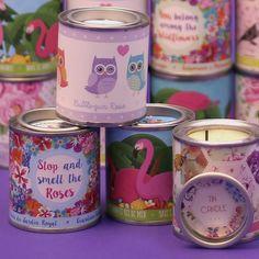 Velas decorativas y con aromas sensacionales para todos tus momentos del año. Vienen en una lata diseñada por el equipo de diseñadores de Puckator. ¡Son adorables! #velas #latas #diseño #originales