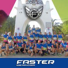 """El club de atletismo """"ESQUIVEL"""" de Alcala del rio (SEVILLA) posa bajo su arco monumental con sus nuevas prendas personalizadas FasterWear.com"""