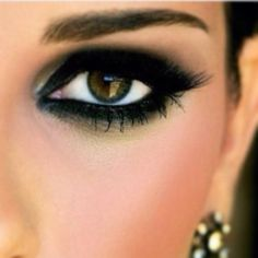 I like the green smokey eye color! Must try!